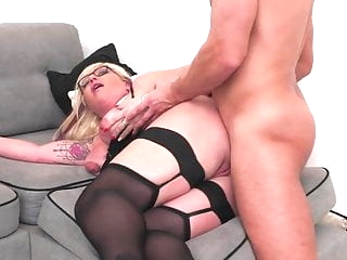 Mature sex bomb gets anal sex from lucky boy anal films